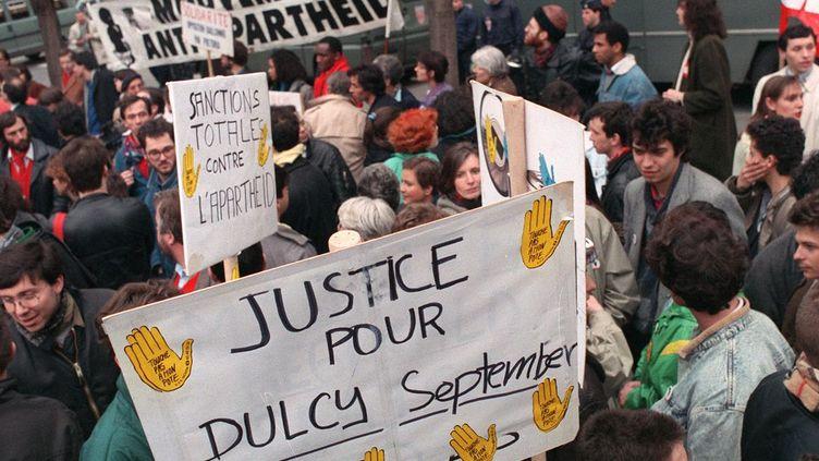 «Justice pour Dulcie September»: manifestation devant l'ambassade d'Afrique du Sud à Paris. Le 29 mars 1988, 10 ans après son assassinat. (YVES SIEUR / AFP)