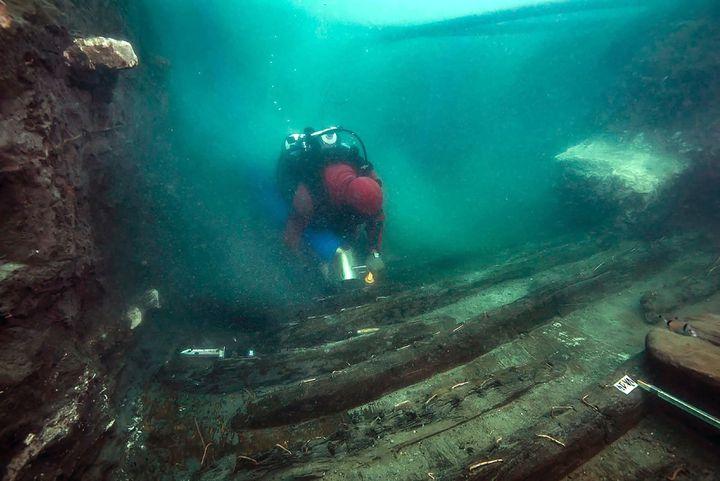 Des archéologues ont découvert les vestiges d'un navire militaire àHéracléion, cité antique égyptienne immergée dans la Méditerranée, le 19 juillet 2021 (EGYPTIAN MINISTRY OF ANTIQUITIES)