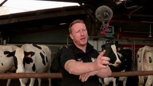 Étienne Fourmont, éleveur laitier dans la Sarthe, fait sa promotion sur les réseaux sociaux. Il souhaite expliquer aux internautes son travail et ses méthodes. (France 2)