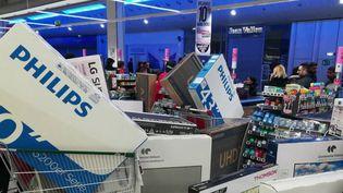 Une scène de cohue a eu lieu dans un supermarché à cause d'une erreur de prix. Une télévision était affichée à 40 euros au lieu de 400 et la police a dû intervenir. (FRANCE 2)