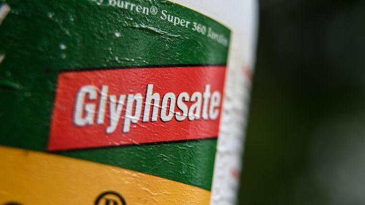 Un flacon d'herbicide contenant du glyphosate. (DENIS CHARLET / AFP)