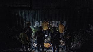 Des enquêteurs de la police inspectent le corps d'un trafiquant de drogue présumé tué par la police lors d'une opération de lutte contre la drogue à Manille, aux Philippines, le 8 juin 2018. (EZRA ACAYAN / NURPHOTO / AFP)
