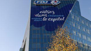Une affiche incite à acheter des actions sur la façade du siège de la Française des jeux àBoulogne-Billancourt (Hauts-de-Seine),le 7 novembre 2019. (ERIC PIERMONT / AFP)