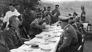 Le dictateur nazi Adolf Hitler(au centre) et ses officiers lors d'un déjeuner en 1939. (FRANCE PRESSE VOIR / AFP)