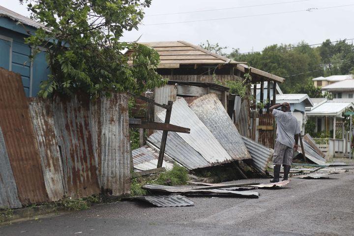 Des habitations ravagées par le passage de l'ouragan Irma, mercredi 6 septembre 2017 à St John's (Antigua-et-Barbuda). (JOHNNY JNO-BAPTISTE / SIPA)