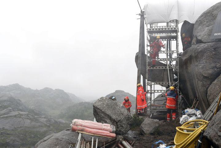 Les travaux de réparation du Trollpikken, le 7 juillet 2017 à Egersund (Norvège). (BOE, TORSTEIN / NTB SCANPIX MAG / AFP)