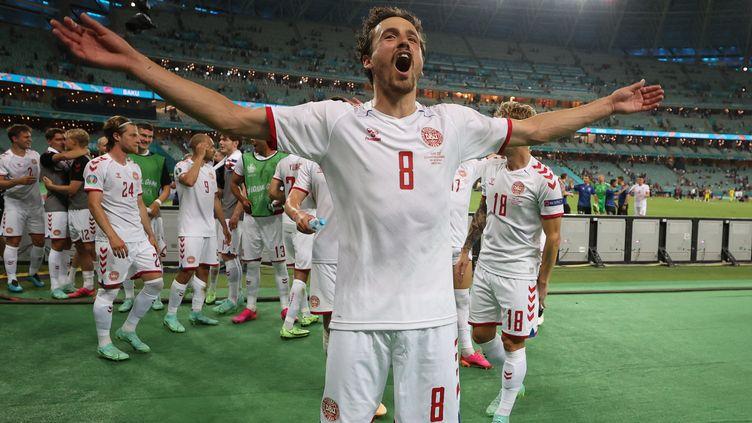 La délivrance de Thomas Delaney et des Danois après leur victoire contre la République tchèque en quart de finale de l'Euro 2021. (NAOMI BAKER / AFP)