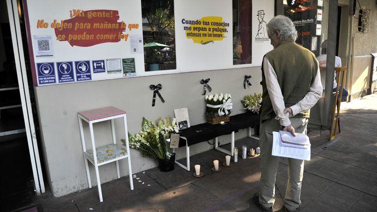 Un hommeface àl'autel érigé devant la façade du restaurant de Baptiste Lormand, le 29novembre 2020, à Mexico. (CLAUDIO CRUZ / AFP)