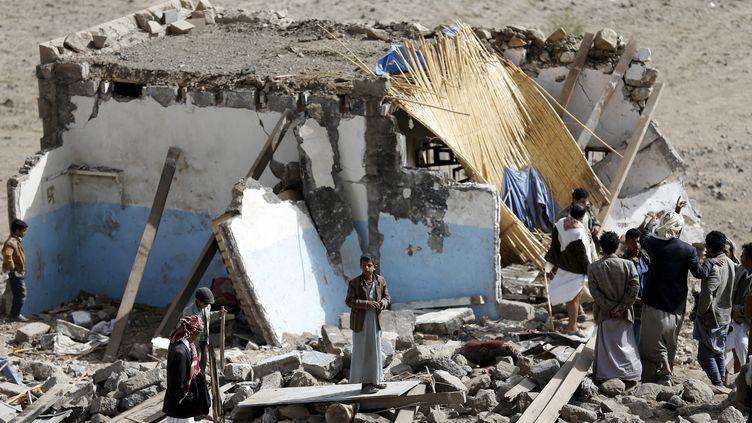 Des civils dans les décombres d'une habitation bombardée à Sanaa (Yémen), le 7 avril 2015. (KHALED ABDULLAH ALI AL MAHDI  / REUTERS)