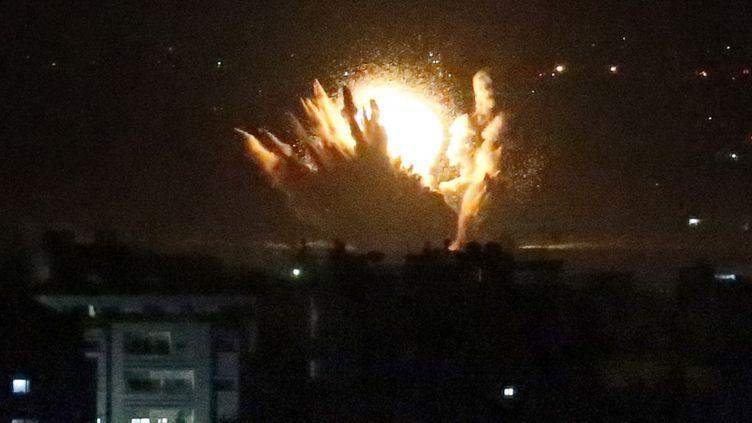 Un missile touche la bande de Gaza, après qu'Israël a lancé une offensive terrestre le 17 juillet 2014. (THOMAS COEX / AFP)