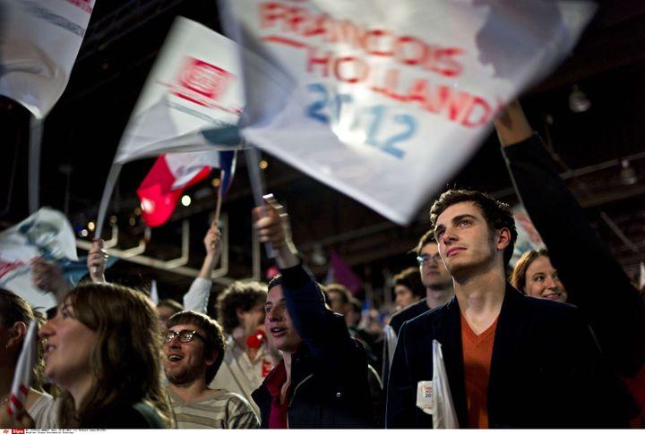 De jeunes militants socialistes assistent au meeting de François Hollande au Bourget, le 22 janvier 2012. (THIBAULT CAMUS / AP / SIPA)
