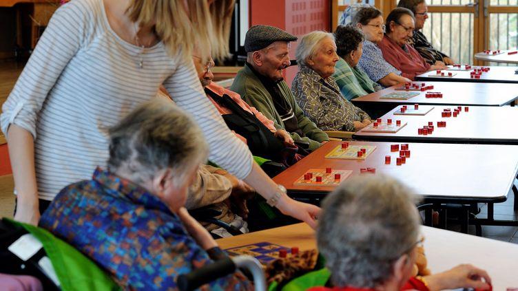 Des résidents jouent au bingo dans un établissement d'hébergement pour personnes âgées dépendantes à Lens (Pas-de-Calais), le 4 décembre 2013. (PHILIPPE HUGUEN / AFP)