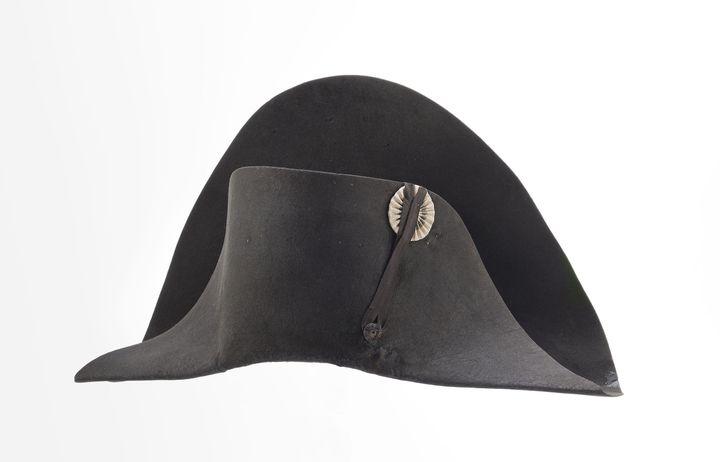 """Poupard, Paris, """"Chapeau de l'empereur Napoléon 1er, dit de la campagne de Russie"""", 1804-1811 (Paris, musée de l'Armée) (CHRISTOPHE CHAVAN / RMN-GP / AGENCE PHOTO DE LA RMN-GP)"""