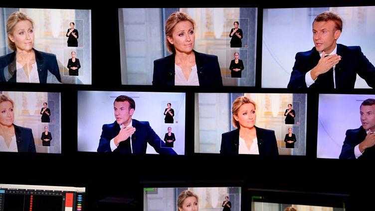 Interview d'Emmanuel Macron par Anne-Sophie Lapix, le 14 octobre 2020. (CHRISTOPHE ARCHAMBAULT / AFP)