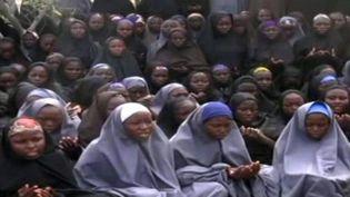 Jeunes collégiennes enlevées et à qui on a fait revêtir le niqab. (HO / BOKO HARAM / AFP)