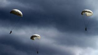 Des parachutistes lors d'un air show à Minsk, en Ukraine en 2014. (SERGEI GAPON / AFP)