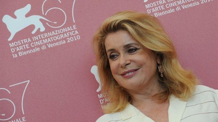 """Catherine Deneuve présentant le film """"Potiche"""" de François Ozon à la Mostra de Venise (4 septembre 2010) (AFP/ALBERTO PIZZOLI)"""