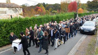 Les habitants de Petit Palais (Gironde) rendent hommage aux victimes de l'accident de Puisseguin, le 25 octobre 2015. (MEHDI FEDOUACH / AFP)