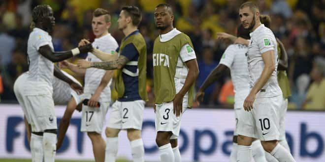 Patrice Evra et Karim Benzema (premier plan) peuvent être satisfaits: les Bleus verront les huitièmes.