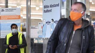 Des clients devant un supermarché à Dusseldorf (Allemagne), le 29 avril 2020. (INA FASSBENDER / AFP)