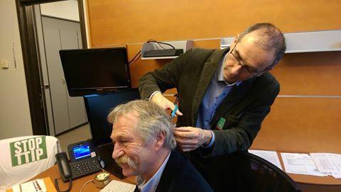 Le député européen d'EELV, José Bové, se fait prélever des cheveux pour une étude de l'association, Générations Futures. (GENERATIONS FUTURES)