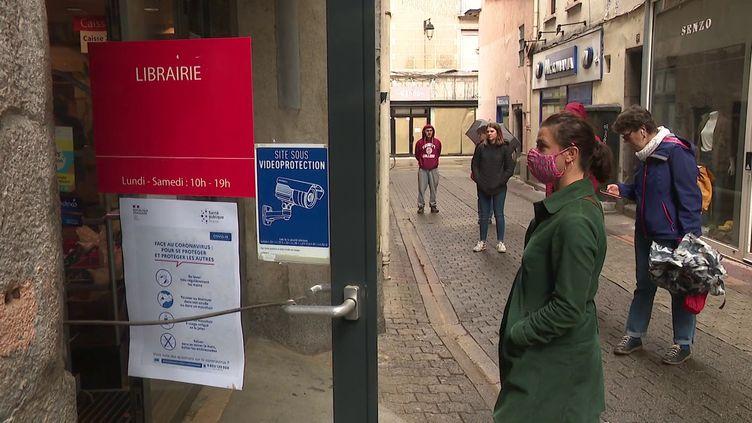 File d'attente devant le drive de la librairie Arthaud à Grenoble (France 3 Alpes / D. Semet)