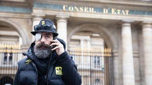 """La figure des """"gilets jaunes"""" Jérôme Rodrigues se trouve devant le Conseil d'Etat, à Paris, le 30 janvier 2019. (MAXPPP)"""