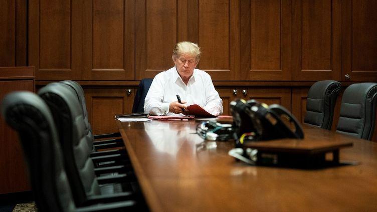 Donald Trump travaille dans la suite présidentielle de l'hôpital militaire Walter Reed, à Bethesda (Maryland), le 3 octobre 2020. (EYEPRESS NEWS / AFP)