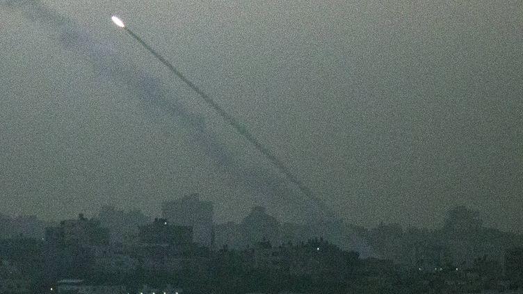 Une roquette tirée depuis Gaza vers le sud d'Israël, samedi 17 novembre 2012. (JACK GUEZ / AFP)
