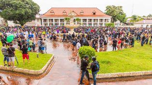 Des manifestants devant la préfecture de Cayenne en Guyane, jeudi 30 mars. (NICOLAS QUENDEZ / SIPA)