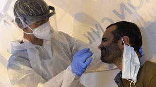 Test de dépistage du coronavirus à Laval, le 17 juillet 2020. (JEAN-FRANCOIS MONIER / AFP)