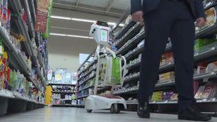 Dans cet hypermarché de Flers (Orne), un robot a donné un coup de vieux aux traditionnels chariots. (FRANCE 3)