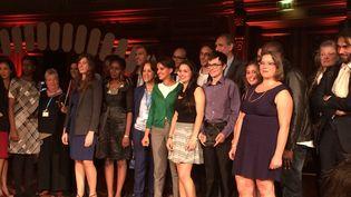 """Najat Vallaud-Belkacem, la ministre de l'Education nationale (au centre), et les 16 candidats des finales de """"Ma thèse en 180 secondes"""", à Paris, le 1er octobre 2015. (KOCILA MAKDECHE / FRANCETV INFO)"""