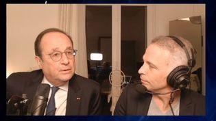 Le journaliste Samuel Etienne interrogel'ancien président de la République, François Hollande, le 8 mars 2021, sur sa chaîne Twitch. (TWITCH)