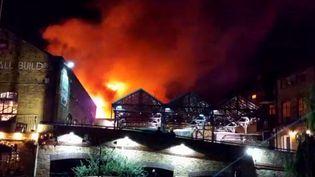 Un violent incendie a ravagé dans la nuit de dimanche à lundi le marché de Camden Lock à Londres (Royaume-Uni). (SOCIAL MEDIA / X04130)