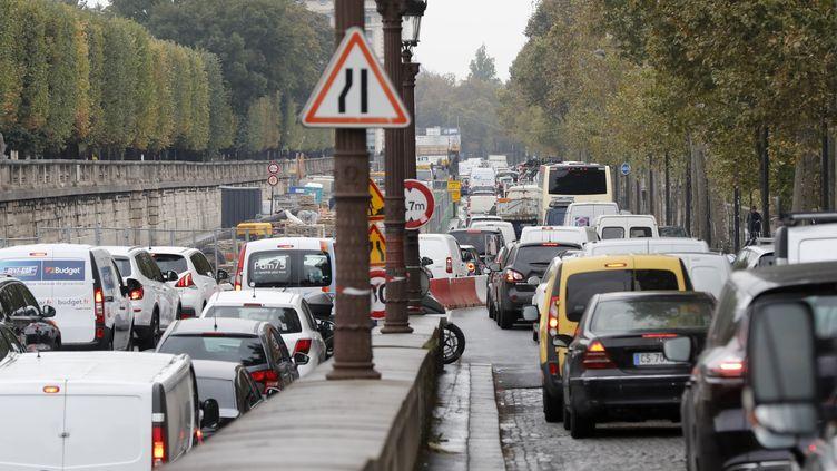 Un embouteillage, quai des Tuileries, à Paris, le 13 octobre 2016. (FRANCOIS GUILLOT / AFP)