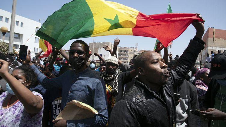 Des manifestants soutenant Ousmane Sonko réagissent à sa libération, à Dakar, le 8 mars 2021. (SEYLLOU / AFP)