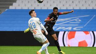 Le milieu de terrain français de Nîmes Niclas Eliasson (à droite) affronte le Marseillais Pol Lirola lors du match de football français de L1 entre l'OM et Nîmes Olympique au stade Vélodrome de Marseille, le 16 janvier 2021. (CHRISTOPHE SIMON / AFP)