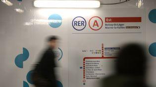 Un usager de la ligne RER A dans la station Châtelet-Les Halles à Paris, en janvier 2015. (STEPHANE DE SAKUTIN / AFP)