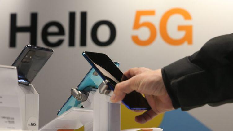 Une boutique de téléphonie fait la promotion de la 5G, le 17 décembre 2020, à Mulhouse (Haut-Rhin). (MAXPPP)