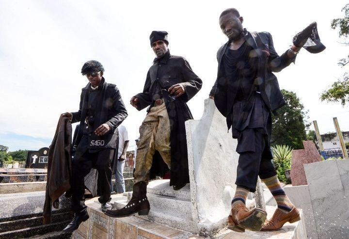 Des membres du mouvement La Sape, au cimetière de Gombe, février 2014  (JUNIOR D. KANNAH / AFP)