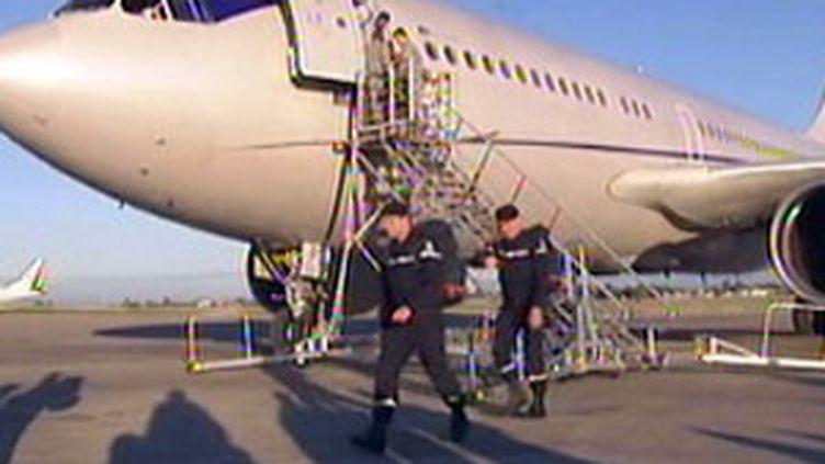 Un avion d'aide humanitaire sur l'aéroport de Port-au-Prince le 14 janvier 2010 (France 2)