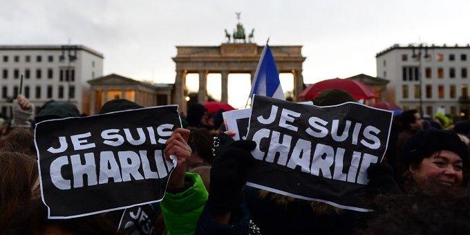 Rassemblement devant le Brandebourg Porte près de l'ambassade française à Berlin le 11 Janvier 2015  (JOHN MACDOUGALL / AFP)