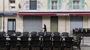 La terrasse vide d'un restaurant fermé à Marseille (Bouches-du-Rhône), le 28 septembre 2020. (NICOLAS TUCAT / AFP)