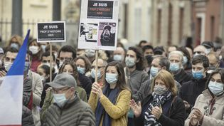 Plusieurs milliers de personnes se sont rassemblées dans toute la France après l'assassinat de Samuel Paty, pour montrer leur attachement à la liberté d'expression. Ici à Narbonne (Aude), le 19 octobre 2020. (IDRISS BIGOU-GILLES / HANS LUCAS / AFP)