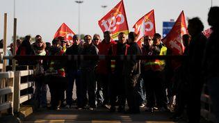 Les opposants àla loi Travail bloquent le Pont de Normandie, le 25 mai 2016. (CHARLY TRIBALLEAU / AFP)