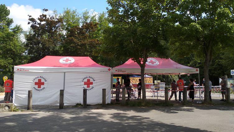 L'entrée du centre de vaccination éphémère de l'île de loisirs de Cergy-Pontoise (Val-d'Oise), le 24 juillet, avec deux files : l'une avec rendez-vous, l'autre sans. (CELINE AUTIN / RADIO FRANCE)