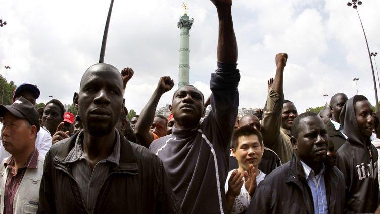 Des travailleurs clandestins participent à une manifestation pour demander leur régularisation, à Paris, le 6 juin 2010. (FRANCOIS GUILLOT / AFP)