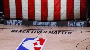 Le terrain de basket-ball videaprès le report du match des playoffs NBAentre les Milwaukee Bucks et les Orlando Magic, le 26 août 2020 à Lake Buena Vista, Floride. (KEVIN C. COX / GETTY IMAGES NORTH AMERICA)