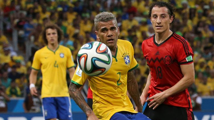 Daniel Alves et Andres Guardado, symboles d'un continent américain qui a su tirer son épingle de jeu dans la phase de groupes. (LCMOREIRA / AG?NCIA LANCEPRESS!)